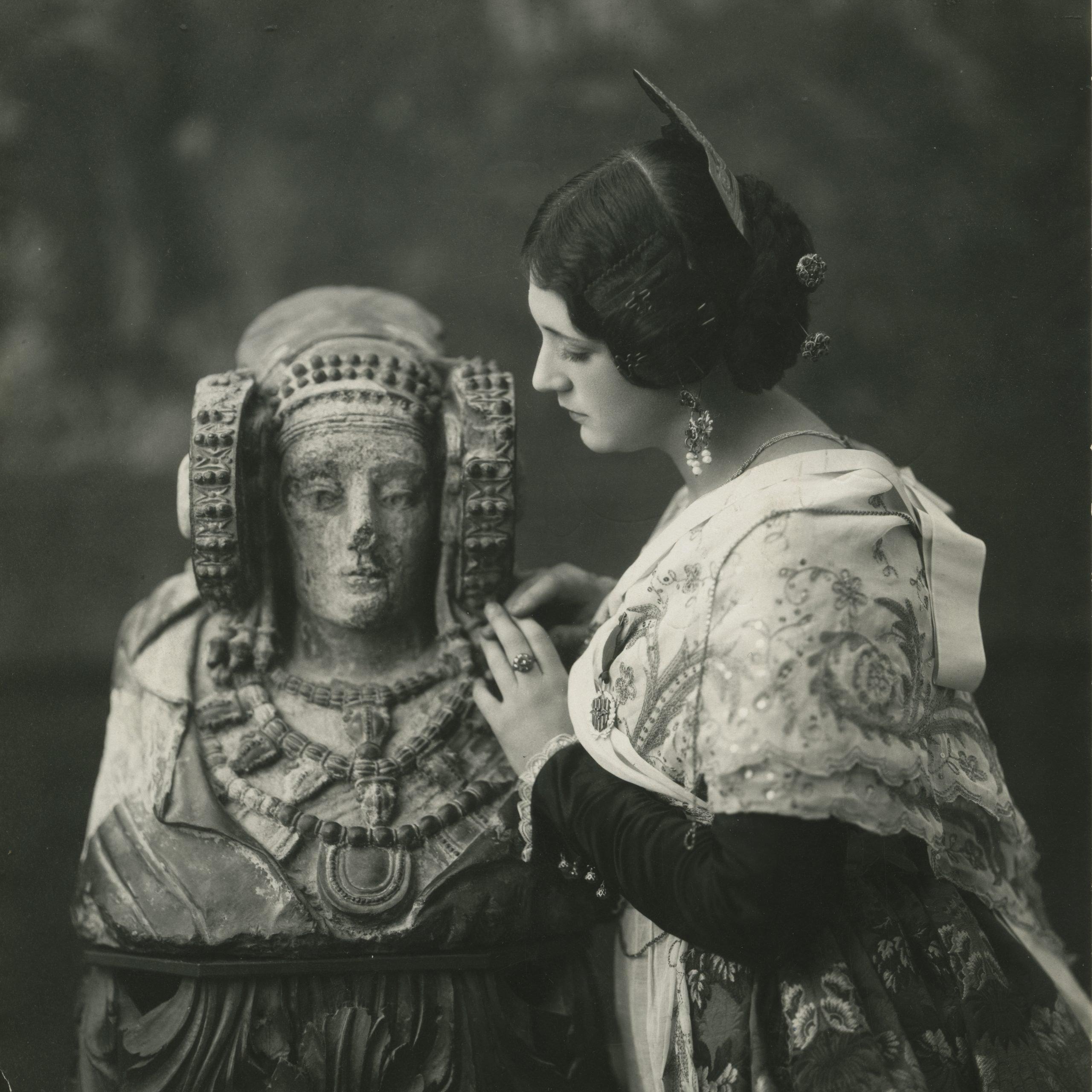 Pepita Samper posa junto a la Dama de Elche.