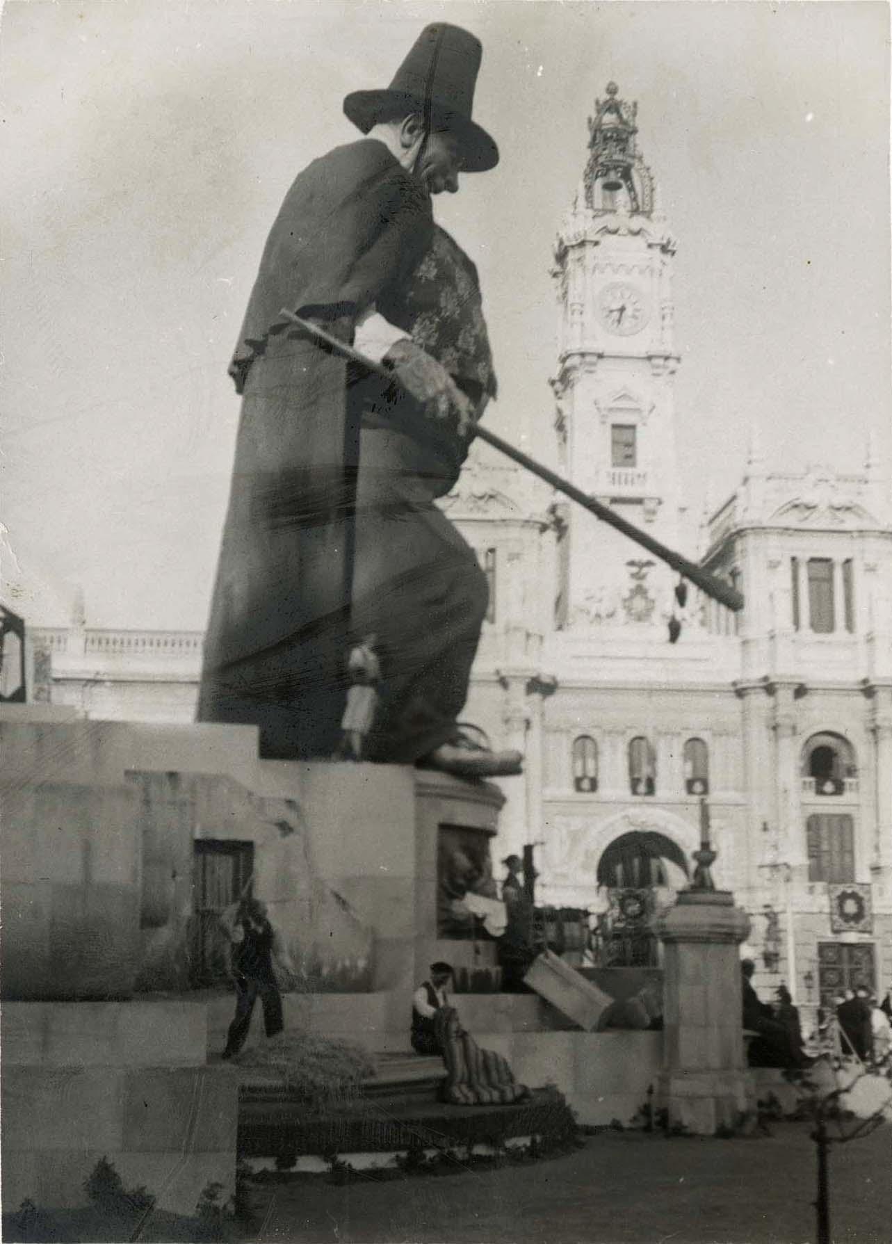 Falla con labrador con capa y sombrero en la plaza del Ayuntamiento.