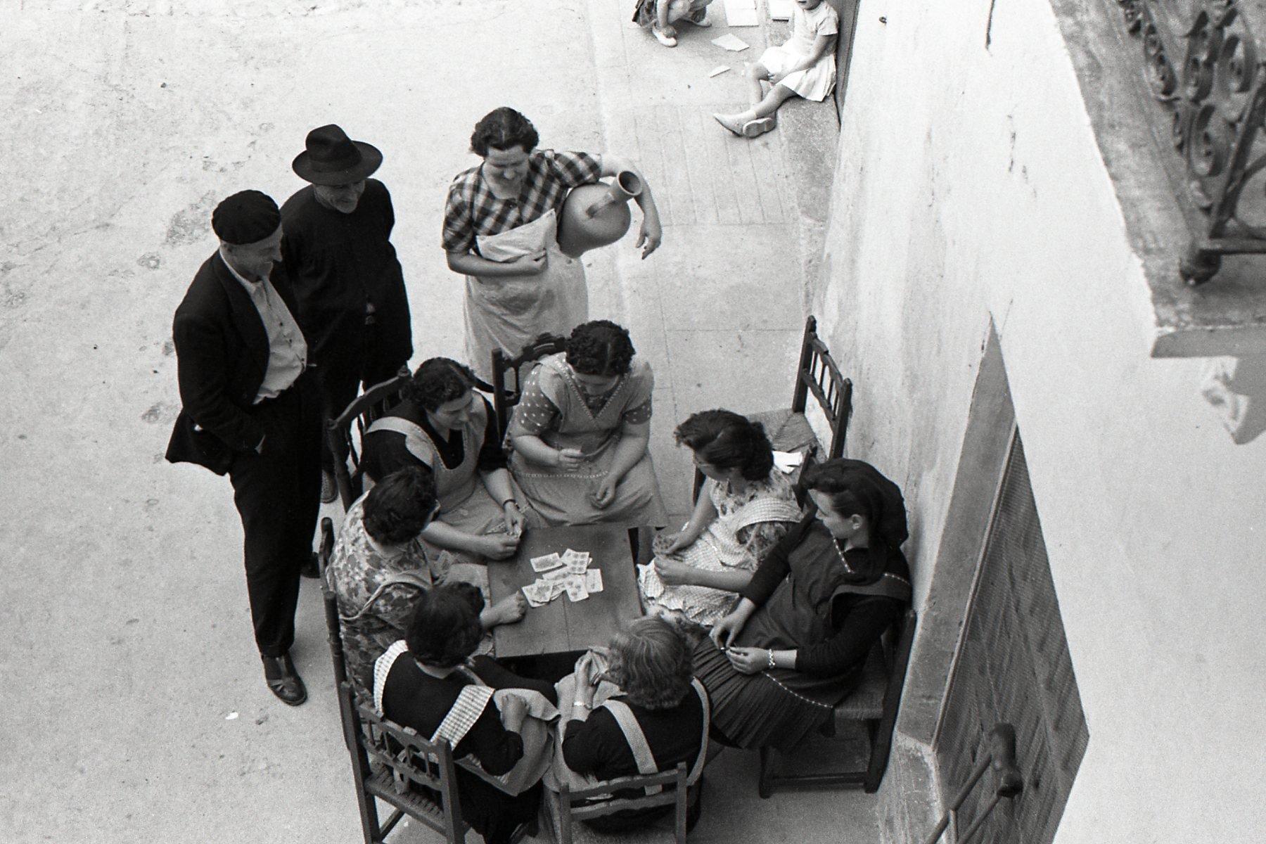 Fotografia de dones jugant a cartes.